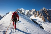 Mountaineer climbs in snowy ridge in Mont Blanc, France — Stock Photo