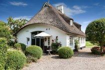 16. September 2016. Thumby, Deutschland. Tagsüber View Cottage Gebäude außen mit Büschen und Bäumen — Stockfoto