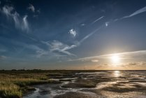 Панорамою заходу сонця на березі моря — стокове фото
