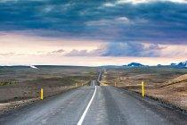 Paisaje de Islandia con autopista - foto de stock