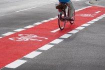 Bicicleta de equitação homem na ciclovia — Fotografia de Stock