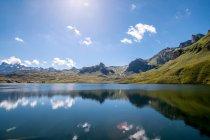 Lago de montanha, cercado por montanhas e colinas — Fotografia de Stock