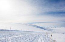 Пустой лыжный склон в высокие горы — стоковое фото