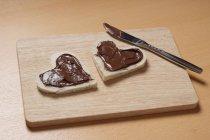 Fette di pane tostato con cioccolato a forma di cuore — Foto stock
