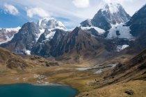 Возвышающиеся заснеженные горные вершины — стоковое фото