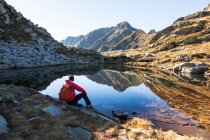 Male hiker takes rest — Stock Photo