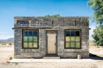 У віці будівлі екстер'єру, архітектура будівництво малих поштове відділення в пустелі — стокове фото