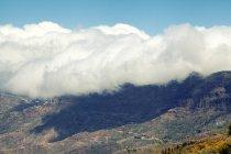 Riesige Berge und Wolken Himmel — Stockfoto
