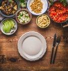 Vista di alto angolo di cibo in ciotole su un tavolo — Foto stock