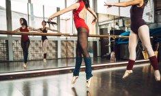 Zwei Tänzerinnen Tänzer üben an der Ballettschule — Stockfoto