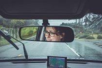 Donna sorridente e guidare un'auto, concetto di corsa — Foto stock