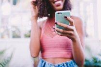 Close-up de mulher usando smartphone — Fotografia de Stock