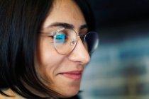 Close-up portrait de femme souriante dans des verres — Photo de stock
