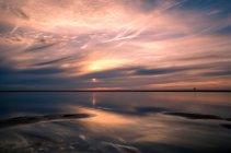 Vue de la nature pittoresque de mer pendant le coucher du soleil — Photo de stock