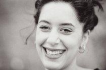 Retrato do close-up do sorriso de mulher jovem com piercing de lábio — Fotografia de Stock