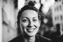 Retrato de uma jovem sorridente, olhando para a câmera — Fotografia de Stock
