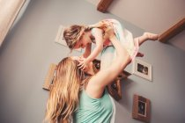 Мати і дочка, граючи у себе вдома — стокове фото