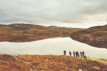 Група людей, що йдуть вгору красиві гори — стокове фото