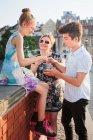 Madre di trascorrere del tempo insieme figlia e figlio, soggiorni in città e mangiare gelato — Foto stock