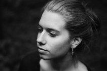 Retrato de mulher séria, olhando para longe, foto preto e branco — Fotografia de Stock