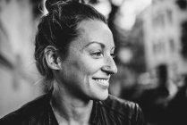 Retrato de uma mulher sorridente caucasiano — Fotografia de Stock