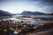 Malerische Aussicht auf Meer von Bergen in Skandinavien — Stockfoto