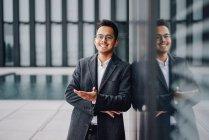 Добре вдягнений Молодий підприємець на скла вікна з відображенням — стокове фото