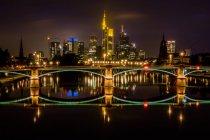 Франкфурт-на-нічне життя, видом на місто на освітленій будівель і міст — стокове фото