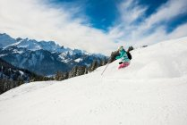 Donna di sciatore sci in montagne coperte di neve, vacanze invernali — Foto stock
