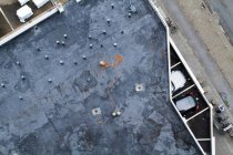 Architecture building, top view on garage roof with parked cars — Stockfoto