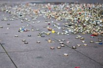 Tappi a corona su terra strada piastrellato — Foto stock