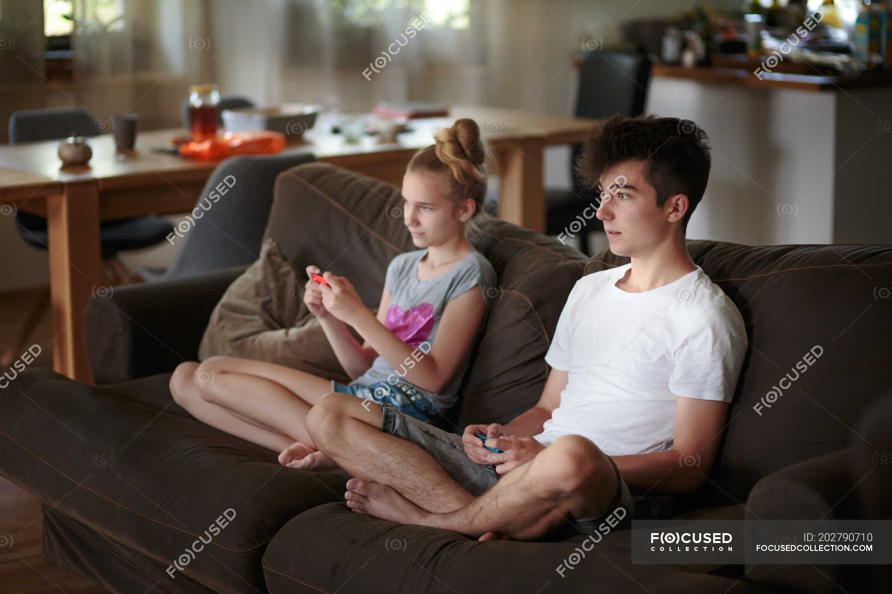 Сестра играла а он вставил ей, Сестра приклеилась к столу, а брат воспользовался этим 12 фотография