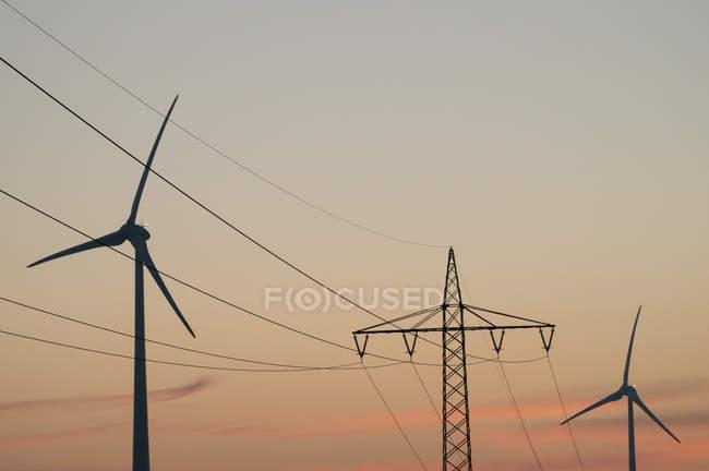 Ферма мельница на закате — стоковое фото