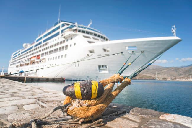 Navire de croisière dans le port — Photo de stock
