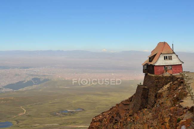 House on rocky cliff near La Paz, Chacaltaya, Bolivia — Stock Photo