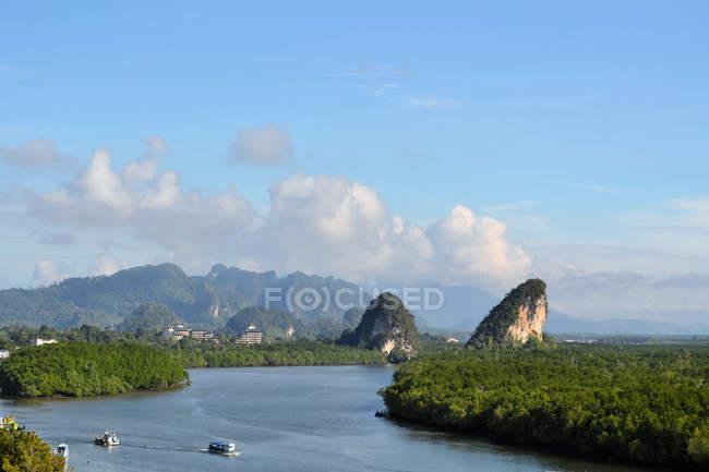 Vista aerea di Krabi landmark (Kanaab Nam Cliff), Krabi Town, Thailandia. — Foto stock