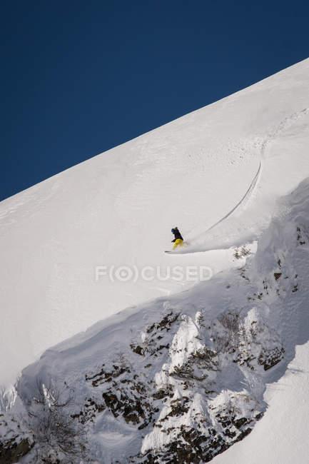 Snowboarder depende de snowboard na montanha do inverno — Fotografia de Stock