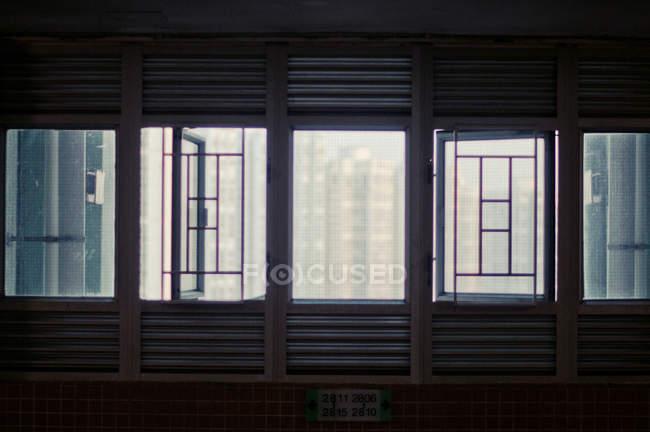 Paesaggio urbano di Hong Kong attraverso windows grattugiato — Foto stock
