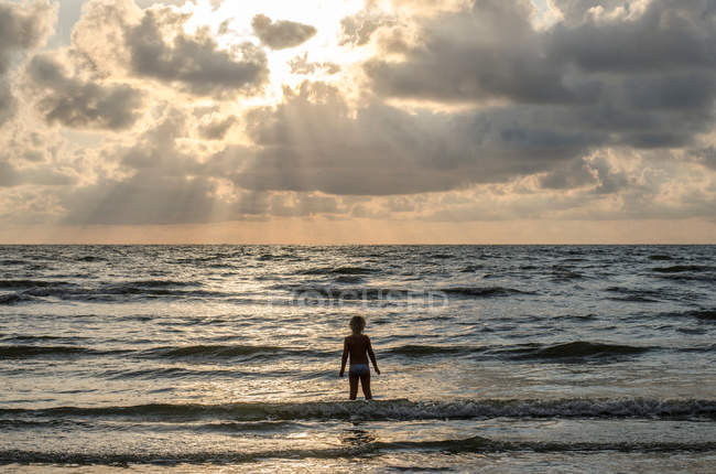 Moody seascape and little girl — Stock Photo