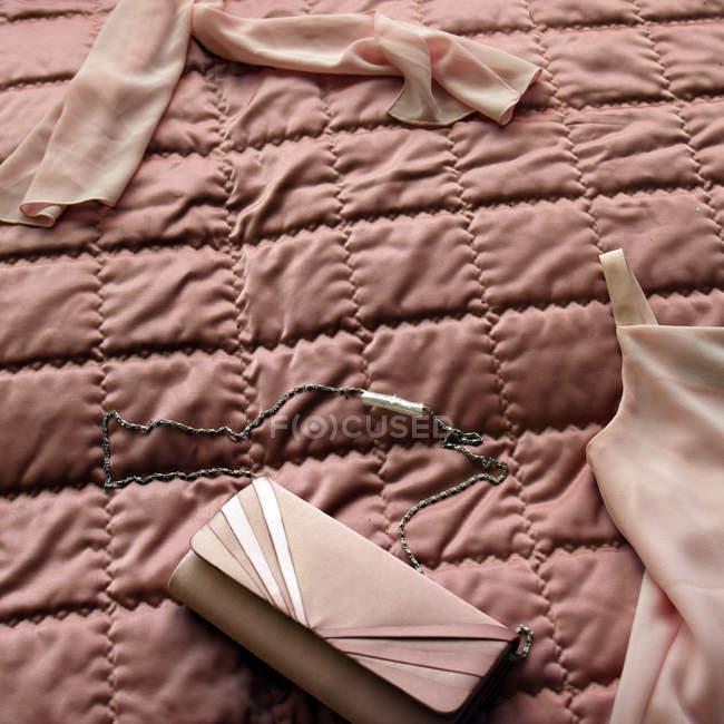 Женские аксессуары на покрывало — стоковое фото