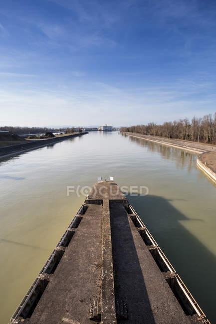 Malerische Aussicht auf Boot im Dorf Fluss — Stockfoto
