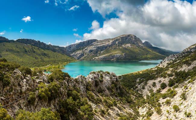 Paesaggio con lago e montagne — Foto stock