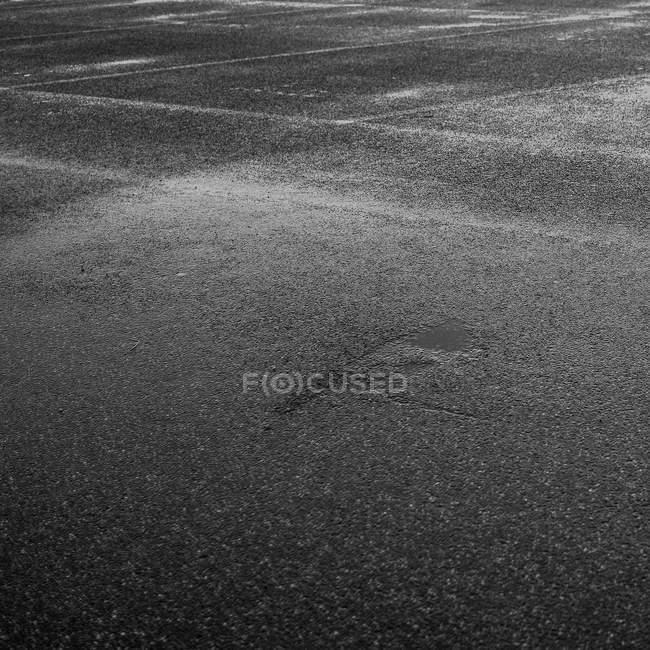 Blick auf nasse Stadt Straße abgeschnitten — Stockfoto
