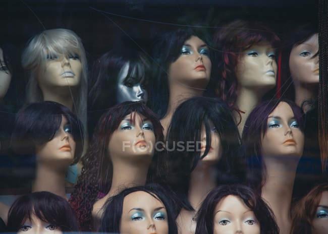 Пластиковый манекен женский бюсты с make up в париках — стоковое фото