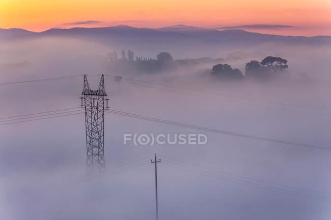 Пілона електроенергії в туман — стокове фото