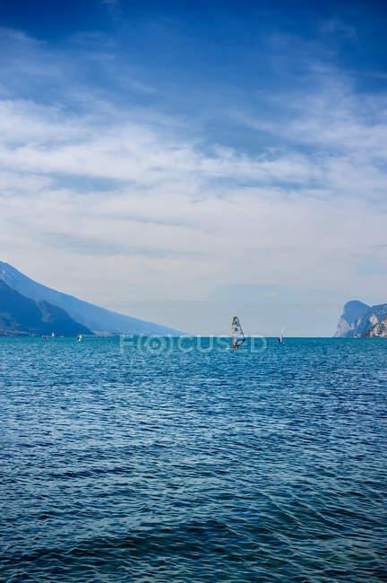 Віндсерфер полити Alp гори та синє море — стокове фото