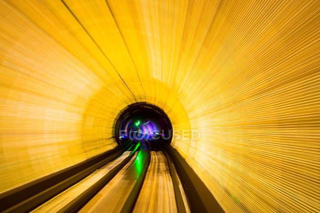 Освещенный тоннель с автомобили трафика движение blur — стоковое фото