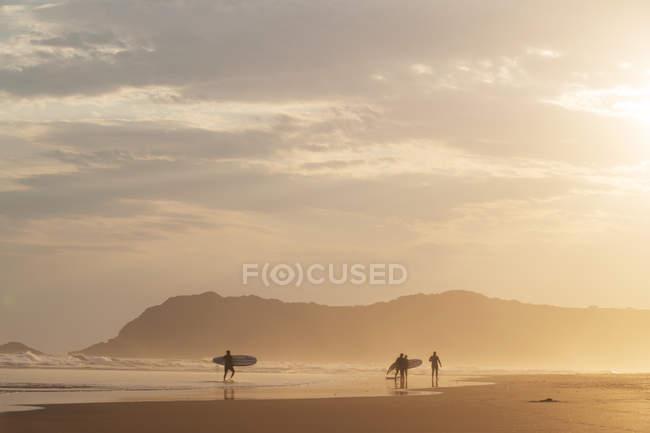 Surfen an der Küste des Ozeans — Stockfoto