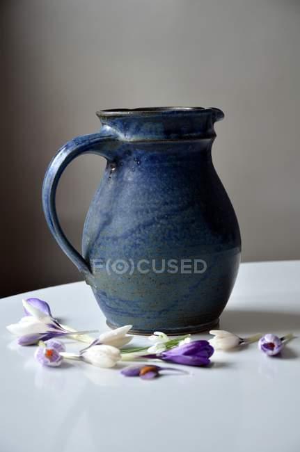 Stillleben mit Glas und Krokus Blumen auf Tisch — Stockfoto