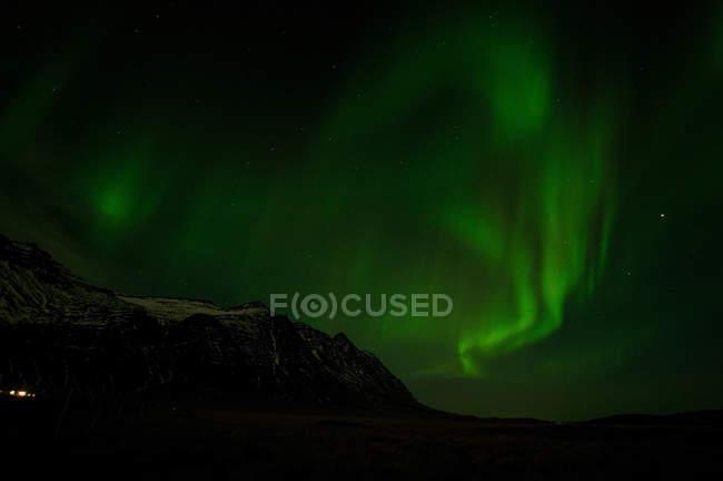 Северное сияние дисплея в небе — стоковое фото